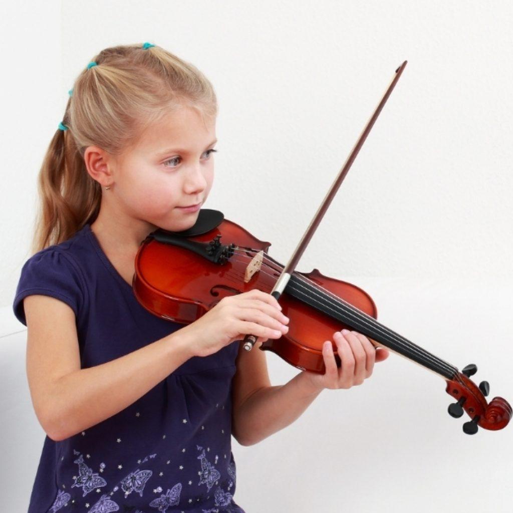 blond Girl playing violin at doremi academy in renton, wa (1)